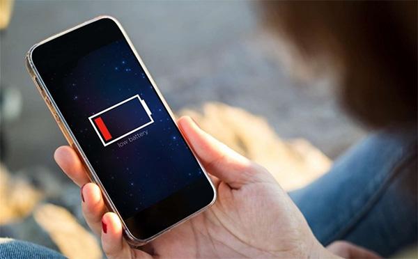 Sử dụng cạn pin điện thoại thường xuyên cũng là nguyên nhân khiến pin iPhone bị chai