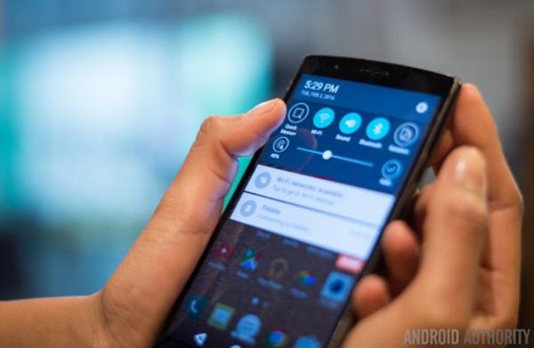 giữ đồng thời 2 phím giảm Âm lượng và phím Nguồn để chụp ảnh màn hình Android