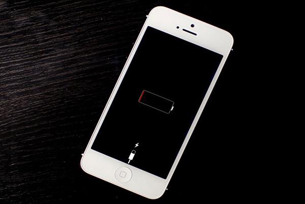 Tại sao điện thoại không làm gì cũng hết pin?