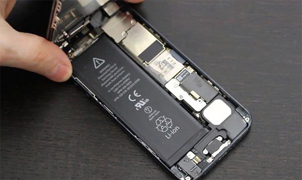 Pin điện thoại bị chai cũng là một trong số các nguyên nhân được đề cập tới