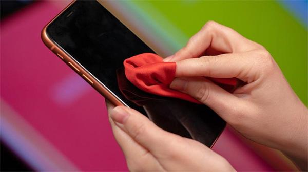 Lưu ý hãy vệ sinh màn hình điện thoại một cách thường xuyên